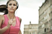 Nordmenn hører aller mest på treningsmusikk i verden